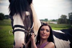 Jovem mulher e seu cavalo fotografia de stock