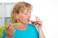Jovem mulher e seu suco de tomate bebendo da mãe junto no Imagens de Stock Royalty Free