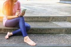 Jovem mulher e smartphones Fotografia de Stock