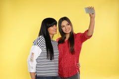 Jovem mulher e sua mãe que sorriem e que tomam o selfie fotos de stock