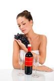 Jovem mulher e uvas frescas Imagens de Stock Royalty Free