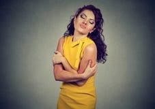 Jovem mulher egocêntrica que abraça-se fotografia de stock royalty free