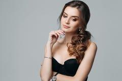 Jovem mulher elegante atrativa pensativa isolada no fundo cinzento foto de stock royalty free