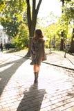 Jovem mulher elegante com cabelo longo no vestido da malha e no revestimento morno w Fotos de Stock
