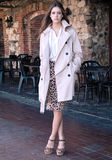 Jovem mulher elegante pelo café exterior Imagens de Stock Royalty Free