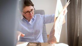Jovem mulher elegante que lê Financial Times filme