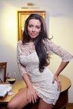 Jovem mulher elegante sensual no vestido branco que guardara um vidro de vinho Imagens de Stock Royalty Free