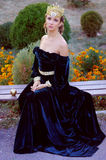 Jovem mulher elegante vestida como a rainha Fotografia de Stock Royalty Free