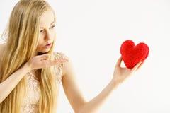 Jovem mulher em beijos de sopro do amor ao cora??o imagens de stock