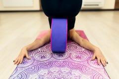 A jovem mulher em exercícios de uma ioga do sportswear com uma ioga roda dentro o gym Estilo de vida do esticão e do bem-estar fotos de stock royalty free