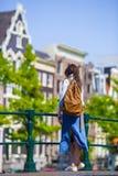 Jovem mulher em férias europeias em Amsterdão na ponte Imagens de Stock Royalty Free