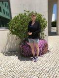 Jovem mulher em Oeiras, Portugal fotos de stock royalty free