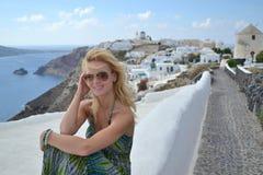 Jovem mulher em Oia, Santorini, Grécia Imagens de Stock Royalty Free