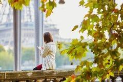 Jovem mulher em Paris na ponte Bir-Hakeim Imagem de Stock Royalty Free