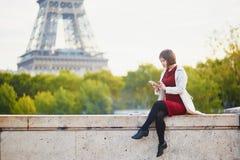 Jovem mulher em Paris perto da torre Eiffel foto de stock royalty free