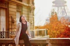 Jovem mulher em Paris perto da torre Eiffel em um dia da queda fotos de stock royalty free
