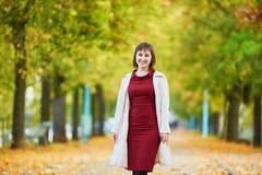 Jovem mulher em Paris em um dia brilhante da queda Imagem de Stock Royalty Free