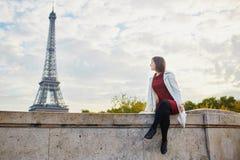 Jovem mulher em Paris em um dia brilhante da queda Imagens de Stock Royalty Free