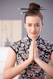 Jovem mulher em rezar asiático do equipamento imagens de stock royalty free