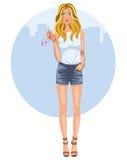 Jovem mulher em shorts e em saltos das calças de brim Imagens de Stock Royalty Free