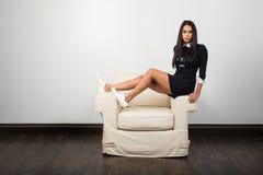 Jovem mulher em um braço fotografia de stock royalty free