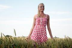 Jovem mulher em um campo de milho Imagens de Stock