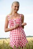 Jovem mulher em um campo de milho Fotos de Stock Royalty Free