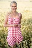 Jovem mulher em um campo de milho Foto de Stock Royalty Free