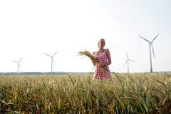 Jovem mulher em um campo de milho Fotografia de Stock Royalty Free