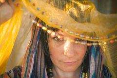 Jovem mulher em um chador nos raios macios do sol islam fotos de stock