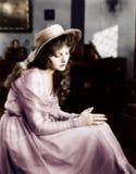 Jovem mulher em um chapéu que senta-se e que olha triste (todas as pessoas descritas não são umas vivas mais longo e nenhuma prop imagens de stock royalty free
