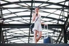 Jovem mulher em um estação de caminhos-de-ferro imagens de stock