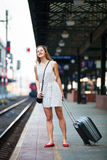 Jovem mulher em um estação de caminhos-de-ferro imagem de stock royalty free