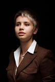 Jovem mulher em um fundo escuro Fotografia de Stock Royalty Free
