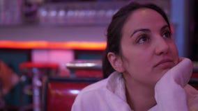 Jovem mulher em um jantar americano video estoque