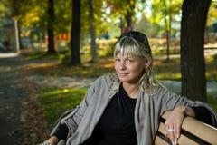 Jovem mulher em um parque do outono Fotos de Stock Royalty Free