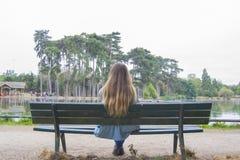 Jovem mulher em um parque em Paris imagem de stock