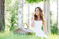 Jovem mulher em um piquenique Fotos de Stock
