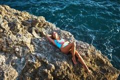 Jovem mulher em um roupa de banho perto do mar fotos de stock royalty free