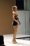 Jovem mulher em um vestido colorido Autumn Lingrie Expo Moscow Foto de Stock Royalty Free