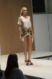 Jovem mulher em um vestido com desfile de moda da expo de Moscou Lingrie das flores Imagens de Stock
