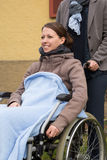 Jovem mulher em uma cadeira de rodas foto de stock royalty free