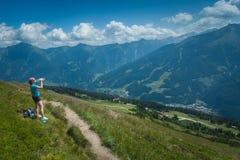 Jovem mulher em uma caminhada da montanha Fotos de Stock