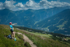 Jovem mulher em uma caminhada da montanha Imagem de Stock Royalty Free