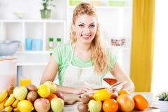Jovem mulher em uma cozinha Imagens de Stock Royalty Free