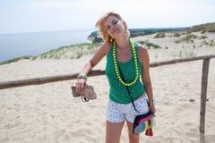 Jovem mulher em uma duna de areia Imagem de Stock