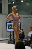 Jovem mulher em uma expo colorida de Lingrie do biquini Fotos de Stock