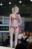 Jovem mulher em uma expo colorida Moscou de Lingrie do biquini Imagem de Stock Royalty Free