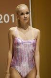 Jovem mulher em uma expo colorida Moscou de Lingrie do desfile de moda do biquini Fotografia de Stock