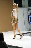 Jovem mulher em uma expo Moscou de Lingrie do desfile de moda do vestido Imagens de Stock Royalty Free